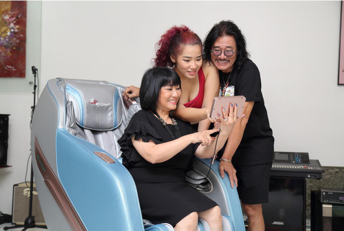 Danh ca Cẩm Vân cùng chồng Khắc triệu mua ghế massage ELIP Elysium về biệt phủ triệu đô