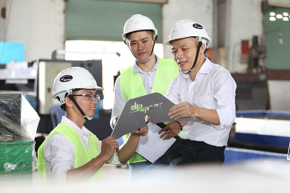 CEO Lê Mạnh Trường chỉ đạo công nhân nhà máy thực hiện công việc