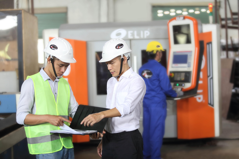 CEO Lê Mạnh Trường chỉ đạo công việc tại nhà máy