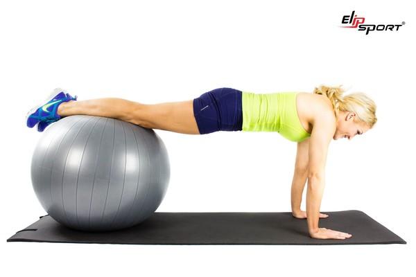 bài tập bụng dưới cho nữ tại phòng gym với bóng yoga