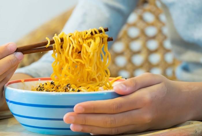 ăn mì tôm sống có tăng cân không