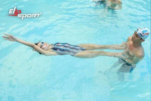 bơi ngửa đúng kỹ thuật