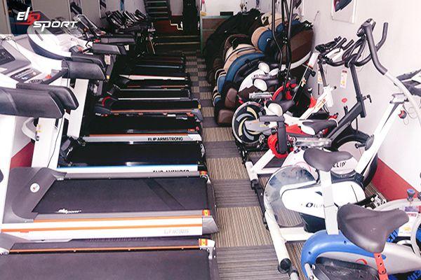 Giữa muôn vàn những sản phẩm tập thể dục nói chung và xe đạp tập thể dục nói riêng, bạn chắc hẳn đang rất đau đầu không biết phải lựa chọn như thế nào để vừa tiết kiệm tiền, mà sản phẩm phải đảm bảo chất lượng. Vậy thì hãy tìm đến nơi bán xe đạp tập giá rẻ, chất lượng tại thành phố Hải Phòng thông qua địa chỉ 88 Tôn Đức Thắng, Quận Lê Chân, Tp. Hải Phòng. Bạn có thể gọi đến hotline 1800 6854, chúng tôi sẽ giúp bạn.  Xe đạp tập thể dục ngày nay đang rất phổ biến đối với con người chúng ta. Thiết bị này đóng một vai trò vô cùng quan trọng trong việc hỗ trợ giảm cân, nâng cao sức khỏe. Chưa dừng lại ở đó, xe đạp tập thể thao còn giúp trị liệu hiệu quả cho những ai mắc chứng tai biến, thoát vị đĩa đệm, chấn thương cần hồi phục,... Để sở hữu cho mình và gia đình chiếc xe đạp tập chất lượng, hãy đến ngay với cửa hàng Elipsport tại thành phố Hải Phòng nhé.  Nơi bán xe đạp tập thể dục giá rẻ, chất lượng tại thành phố Hải Phòng  1. Cửa hàng bán xe đạp tập Elipsport giá rẻ, chất lượng tại thành phố Hải Phòng 1.1. Địa chỉ, thông tin liên hệ những nơi bán xe đạp tập Elipsport giá rẻ, chất lượng tại Hải Phòng  Cửa hàng xe đạp tập Elipsport tại thành phố Hải Phòng chính là một trong những địa điểm bán xe đạp tập giá rẻ nhưng vẫn chất lượng được nhiều người tin dùng. Tại đây có không gian thoáng đãng, thiết kế ngăn nắp, đơn giản cùng cách trưng bày các sản phẩm khoa học, thông thoáng cho bạn dễ dàng tham quan, mua sắm những chiếc xe đạp tập phù hợp nhất với nhu cầu sử dụng của bản thân và gia đình.  Giờ mở cửa: 8h00 đến 20h00 Địa chỉ: 88 Tôn Đức Thắng, Quận Lê Chân, Tp. Hải Phòng (Xem chỉ đường) Điện thoại: 0225 383 5552 - Hotline: 18006854 Facebook: https://www.facebook.com/elipsport.vn/ Youtube: https://www.youtube.com/elipsportvn Có bãi đỗ xe (miễn phí)  1.2. Giới thiệu về cửa hàng tập đoàn thể thao Elipsport  Tập đoàn thể thao Elipsport đã có mặt trên thị trường từ nhiều năm qua và gặt hái được không ít thành công với nhiều giải thưởng danh giá. Tuy nhiên, sự yêu quý của quý k