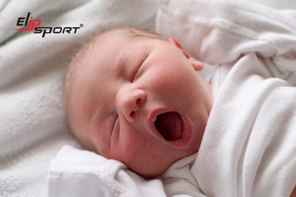 Ăn gì cho trẻ sơ sinh dễ ngủ