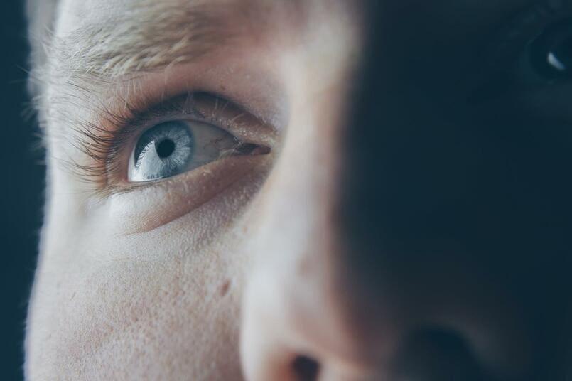 nháy mắt phải ở nam