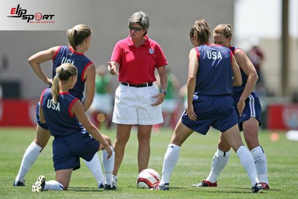 nữ huấn luyện viên bóng đá