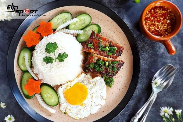 Hàm lượng calo trong món cơm thịt heo và trứng chiên