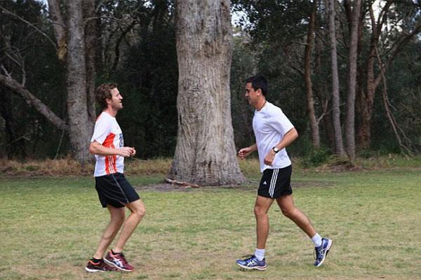 Đi bộ lùi có tác dụng gì với sức khỏe?