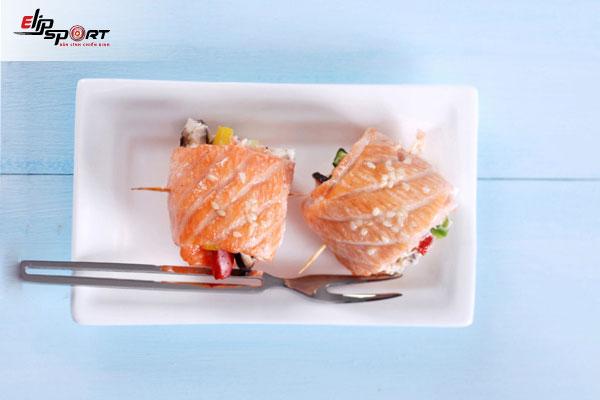 bí quyết tăng cân từ món cá hồi cuộn rau nướng