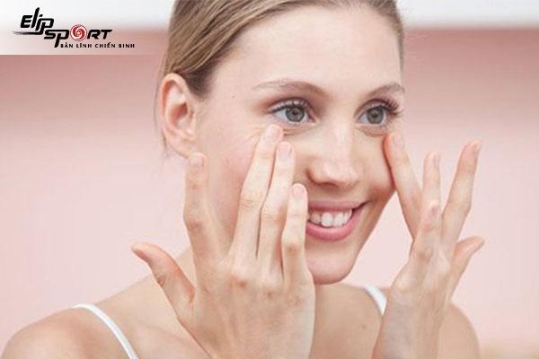Cách massage hết bọng mắt