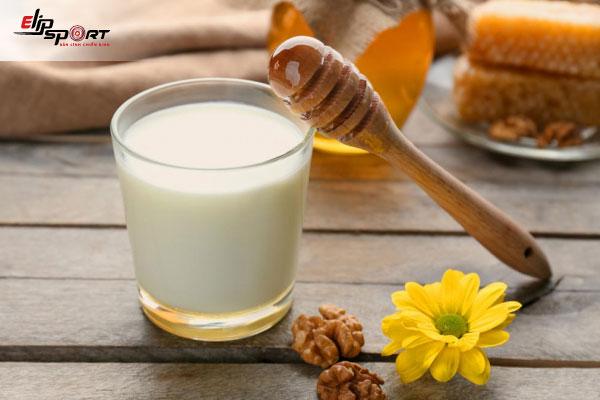 uống sữa đặc với mật ong