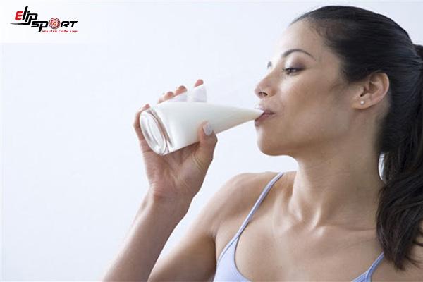 Uống sữa trước khi ngủ