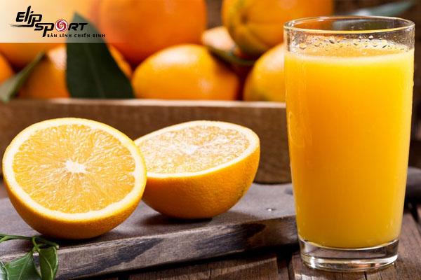 ăn trứng gà luộc và uống nước cam