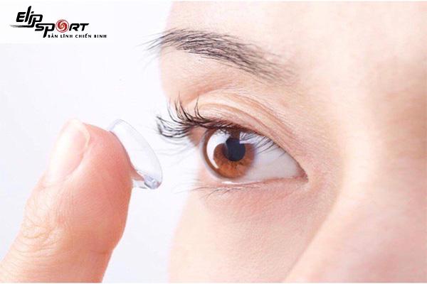 cách chọn kính áp tròng cận phù hợp