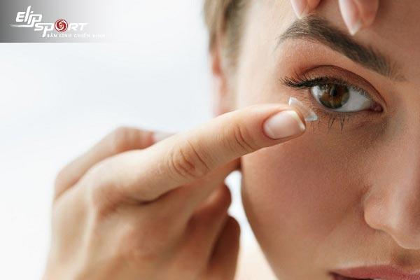 cách đeo lens đúng mặt