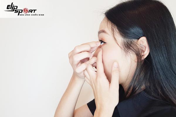Cách lấy lens ra khỏi mắt