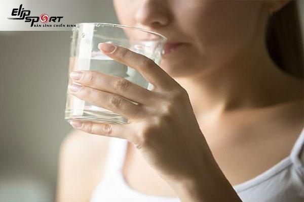 Uống nước trước khi ngủ có tốt không