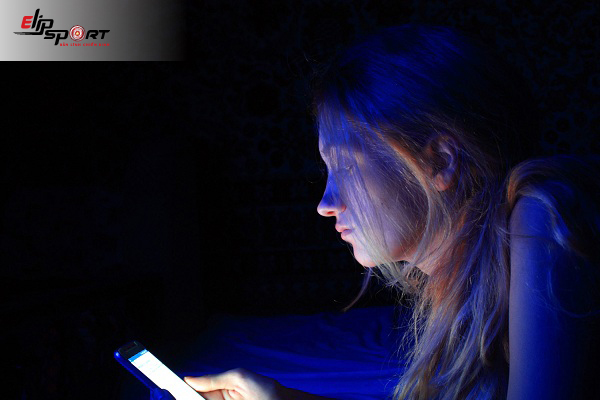 ánh sáng điện thoại có làm đen da