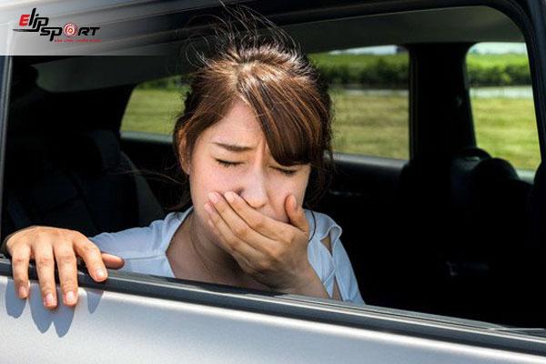 """Hướng dẫn bạn cách trị say xe vĩnh viễn đơn giản và dễ thực hiện. Tránh những tình trạng khó chịu khi đi xe hay tàu, máy bay. Việc bạn bị say xe sẽ ảnh hưởng rất nhiều đến cơ thể cũng như chuyến đi chơi của mình, còn chần chờ gì mà không tham khảo ngay nào! Say tàu xe là điều gây khó chịu với những ai có chuyến đi dài bằng các phương tiện như ô tô, tàu xe hay máy bay. Bạn có thể nghe mùi xe thôi cũng đã khiến cảm giác buồn nôn và khó chịu. Vậy thì đến với bài viết dưới đây, chúng ta cùng tìm hiểu nguyên nhân dẫn đến tình trạng say xe và cách trị say xe vĩnh viễn là gì nhé! Hình 1: Say xe tàu khiến bạn cảm thấy """"sợ"""" mỗi khi đi xa Nguyên nhân dẫn đến tình trạng say xe là gì? Say tàu xe là hiện tượng làm bạn buồn nôn, chóng mặt khi đi tàu, xe. Đây là hiện tượng bình thường rất hay gặp ở mọi người, mọi đối tượng khi đi tàu xe. Nguyên nhân chính gây ra tình trạng say xe là do bộ phận nhạy cảm thăng bằng trong tai bị kích thích bất thường hoặc tín hiệu từ mắt lên não khác với tín hiệu từ tai lên não khiến não bộ bị rối loạn dẫn đến say tàu xe (Ví dụ: nếu bạn ngồi trong ô tô đóng kín cửa và không thể nhìn ra ngoài trong khi tín hiệu từ tai báo hiệu rằng bạn đang di chuyển) Dấu hiệu say xe là buồn nôn, chóng mặt, vã mồ hôi, nước bọt khó chịu, thở mạnh ... Có một số người không bị say tàu xe do thể trạng của họ. Có người thích ứng được với độ rung, mùi xe, tâm lý ổn định, cũng do hàng ngày tiếp xúc với xe nên không có cảm giác say xe. Hình 2: Nguyên nhân dẫn đến tình trạng say xe Những cách giúp bạn trị say xe hiệu quả nhất Dưới đây là một số cách giúp bạn chống say xe không dùng đến thuốc, hiệu quả nhất mà bạn nên biết: Chọn vị trí ngồi Nếu bạn di chuyển bằng xe khách, hãy mua ghế ngồi ở phía trước gần tài xế hoặc sau tài xế. Đây là vị trí ngồi tốt nhất giúp bạn tránh tình trạng xe dằn xóc, giúp giảm tình trạng say xe tốt nhất, khi này tín hiệu từ tai và mắt sẽ được đồng bộ và bạn sẽ cảm giác đỡ say xe hơn khi bạn ngồi ở các vị trí ghế phía sau. Nếu như chẳng may ghế phía t"""