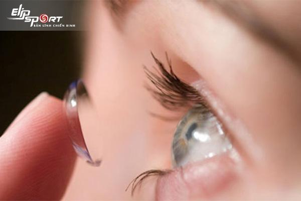 cách đeo lens cho người mắt nhỏ
