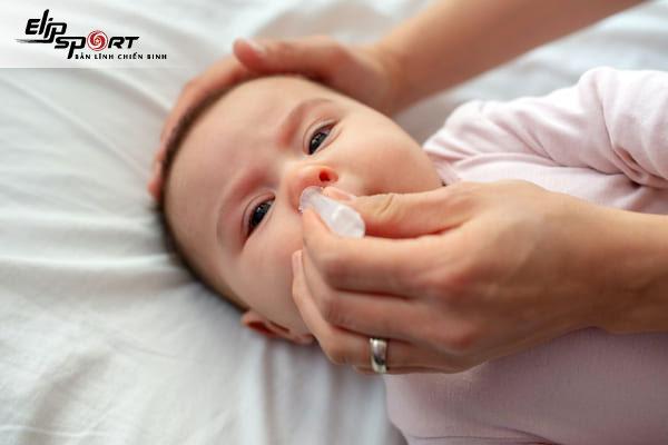 cách nhỏ nước muối sinh lý cho trẻ sơ sinh