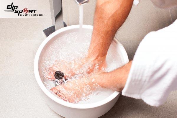ngâm chân nước muối