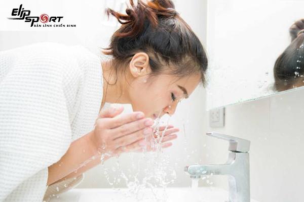 Hướng dẫn cách rửa mặt bằng nước muối sinh lý