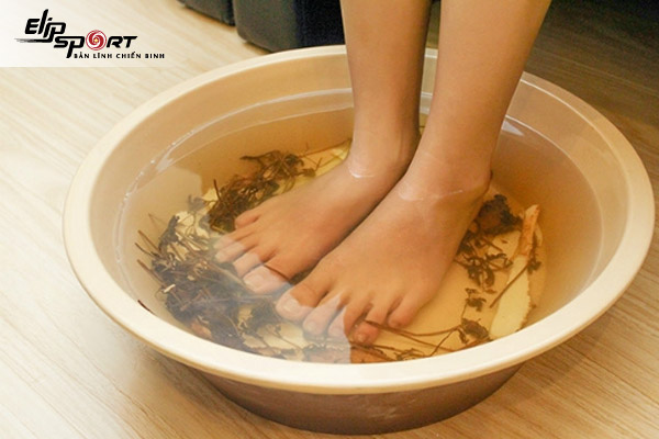 cách ngâm chân giảm phù nề cho bà bầu