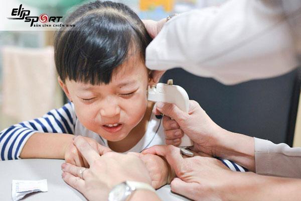 bấm lỗ tai cho bé bị mưng mủ