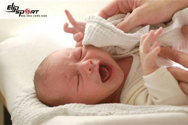 nước vào tai trẻ sơ sinh có sao không