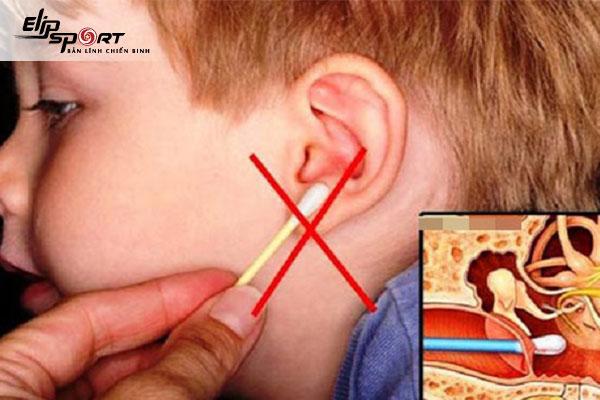 cách lấy ráy tai khô cứng