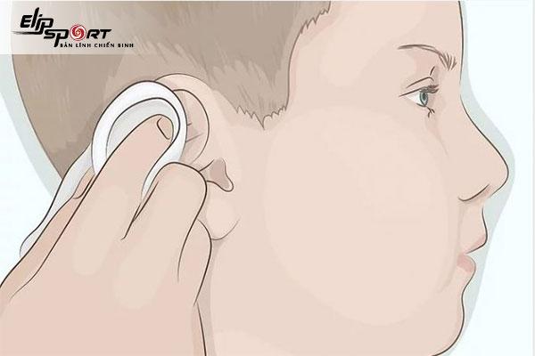 bấm lỗ tai cho bé mấy ngày tháo ra được
