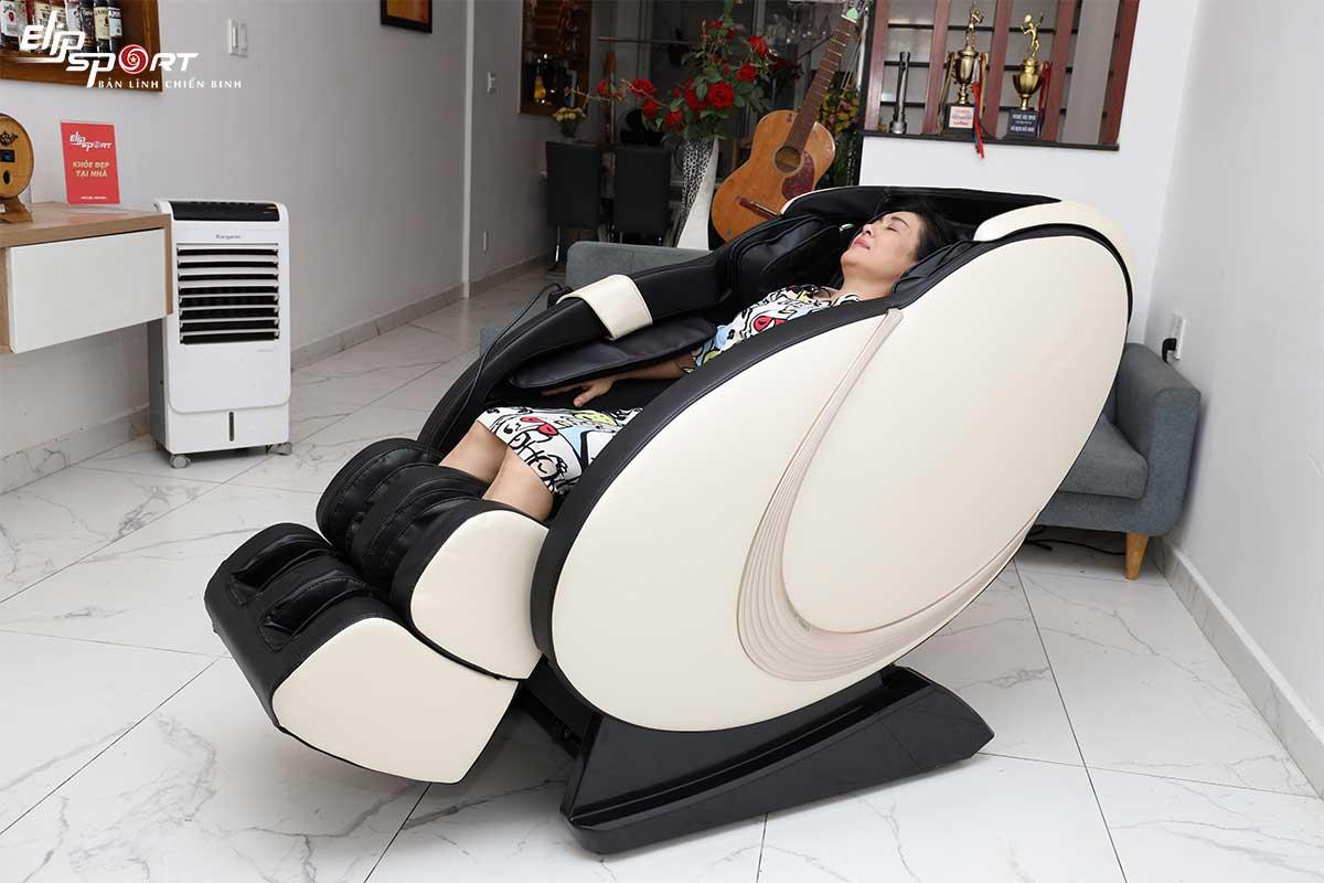Nghệ sĩ Thanh Thuỷ an nhiên bên ghế massage