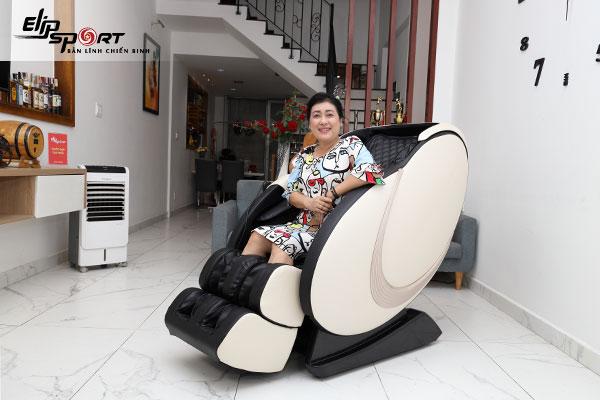 Nghệ sĩ Thanh Thuỷ ghế massage