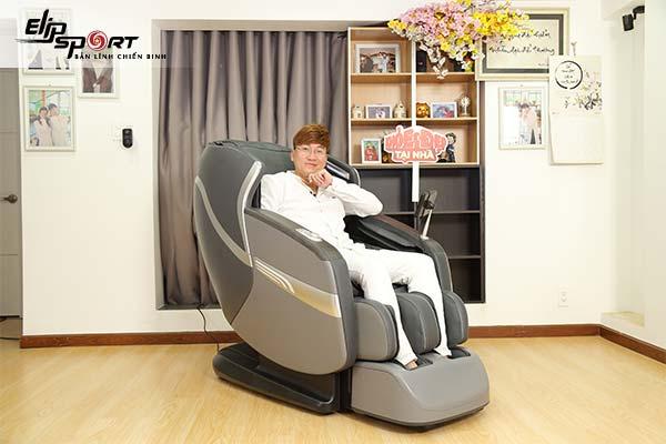Ca sĩ Sỹ Luân ghế massage