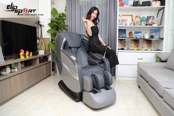 nam em ghế massage