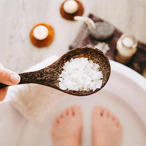 Ngâm chân nước muối có tác dụng gì? Ngâm trong bao lâu?