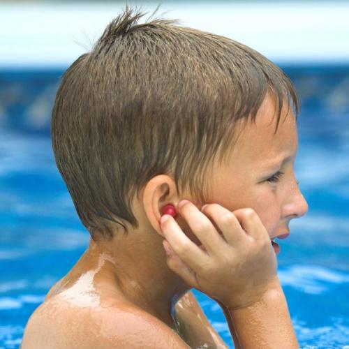 Hỏi đáp thể thao: Làm sao để nước không vào tai khi bơi?