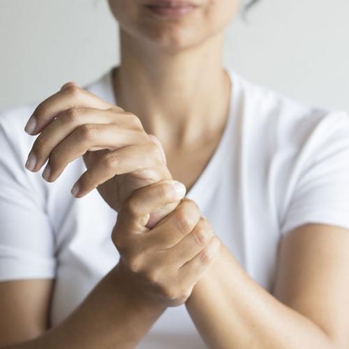 Hay bị tê chân tay là thiếu chất gì? Những món ăn trị tê tay