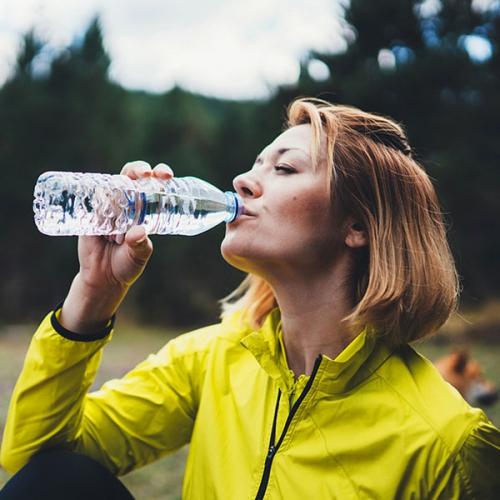 Uống bao nhiêu nước là đủ? Uống nhiều nước có hại không?