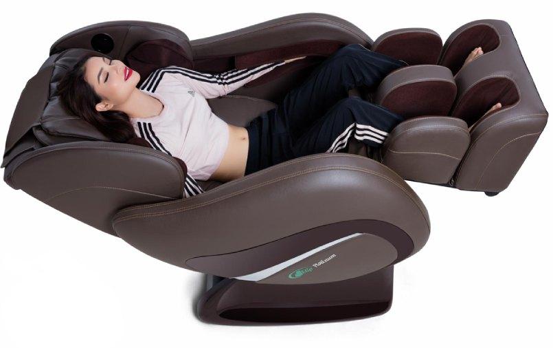 phạm hương thư giãn trên ghế massage