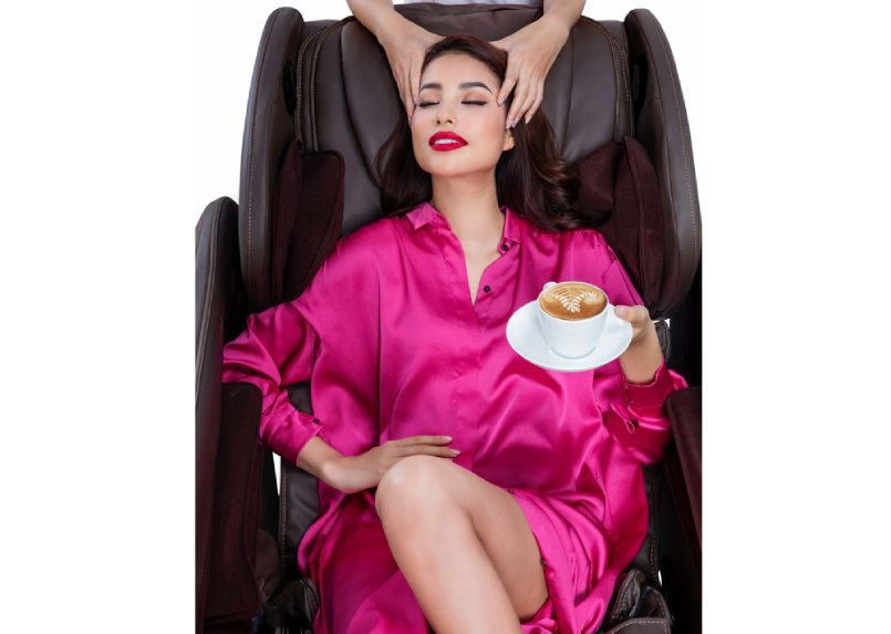 phạm hương tận hưởng giây phút thư giãn trên ghế massage